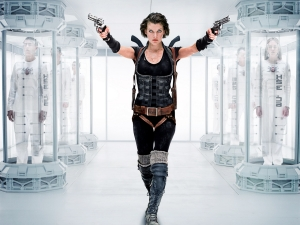 famous-http-com-milla-jovovich-with-guns-873370
