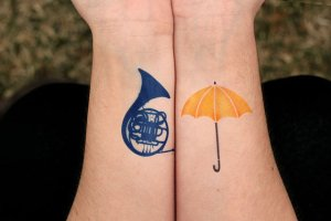 Blue French horn vs. Yellow Umbrella: two symbols od How I Met Your Mother. Again, the Swedish colors!